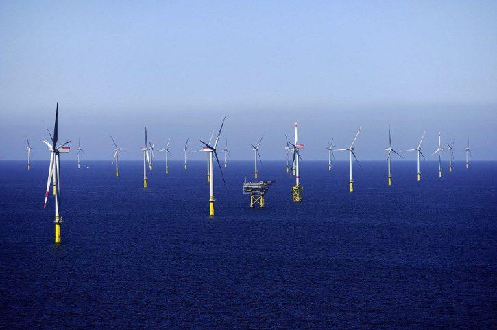 Dominantním obnovitelným zdrojem německé Energiewende je elektřina z větrných turbín na severu země. Na obrázku větrná farma Borkum Riffgrund 1. (Zdroj Dong Energy).