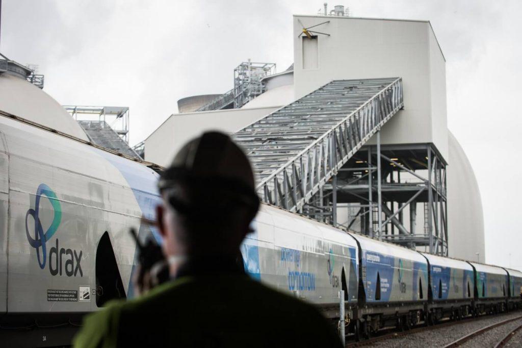 Vlak přivezl pelety do elektrárny Drax (zdroj Drax).