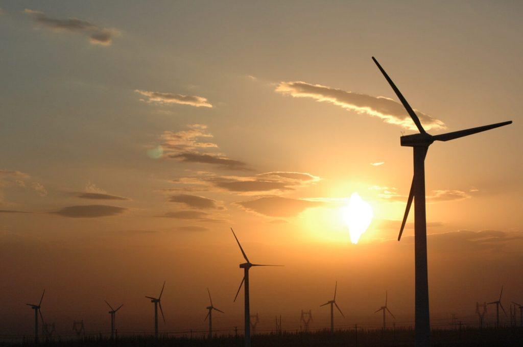 Čína intenzivně buduje všechny nízkoemisní zdroje. U ní se ukáže jejich potenciál v masivním měřítku. Větrná farma Xinjiang. (Zdroj Wiki, Chris Lim).
