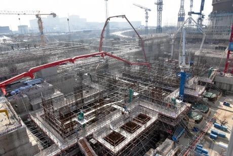 Čína intenzivně buduje všechny nízkoemisní zdroje. U ní se ukáže jejich potenciál v masivním měřítku. Jaderná elektrárna Fangchenggang bude mít celkově šest bloků. Jako pátý a šestý se budují nejnovější čínské bloky III+ generace Hualong One. (Zdroj CGN).
