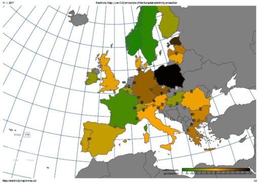 Produkce oxidu uhličitého v elektroenergetice v Evropě v podzimní době, kdy fouká spíše méně, ukazuje, jaká je situace u různých evropských států. Čím zelenější, tím menší produkce oxidu uhličitého na jednotku vyrobené elektřiny. Čím tmavší hnědá až černá, tím je produkce vyšší. (Zdroj https://electricitymap.tmrow.co/)