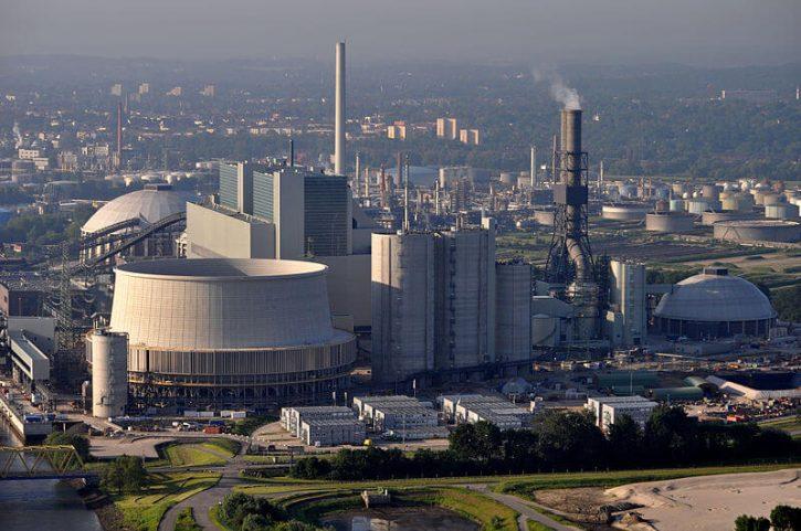 Nová moderní černouhelná elektrárna Moorburg, která v Hamburku nahradila jaderný zdroj (zdroj Wikimedie, Ajepbah).