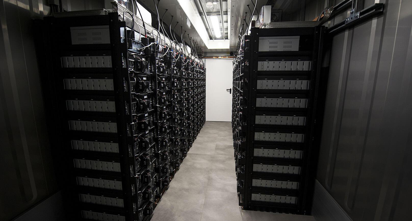 Pohled do velkého bateriového úložiště společnosti Solar Global v obci Prakšice nedaleko Uherského Hradiště, které bylo spuštěno na konci loňského roku. Zdroj: www.solarglobal.cz
