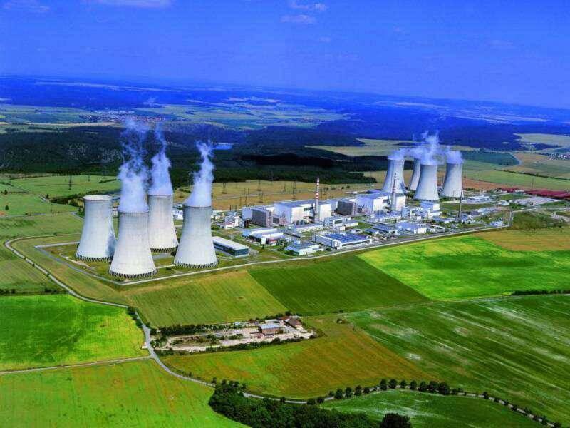 zelené organizace touto studií přiznávají kritickou důležitost jaderné energetiky v Česku vpřípadě, že se chce snížit využití uhlí. I podle nich musí jádro zajistit téměř 50 % potřeb elektřiny. Nezmiňují však, jak bude možné nahradit Dukovany, pokud se okolo roku 2035 odstaví. (zdroj fotografie Jaderné elektrárny Dukovany ČEZ).