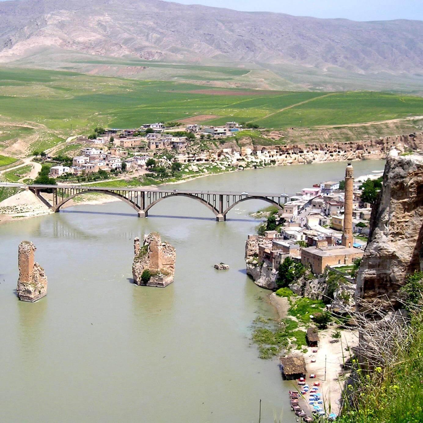 Město Hasankeyf, které bude částečně zaplaveno novou vodní elektrárnou Ilisu (zdroj Wikipedie)