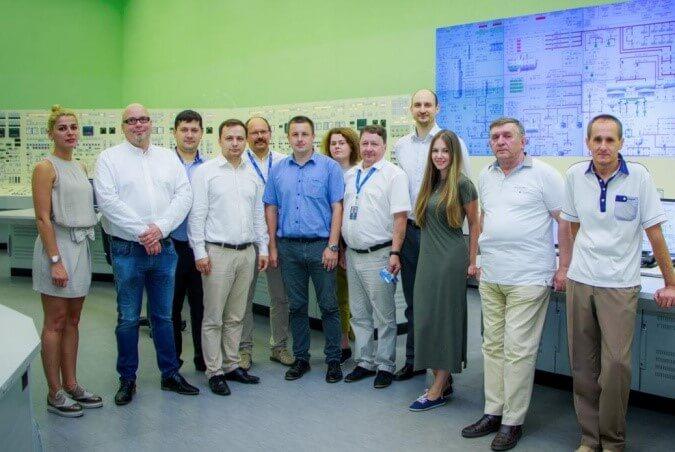 Část instruktorů firmy Fennooima Oy, která bude provozovat finskou elektrárnu Hanhikivi 1 na studijním pobytu v Leningradské elektrárně., kde se trénují operátoři pro bloky VVER1200 (zdroj Rosenergoatom).
