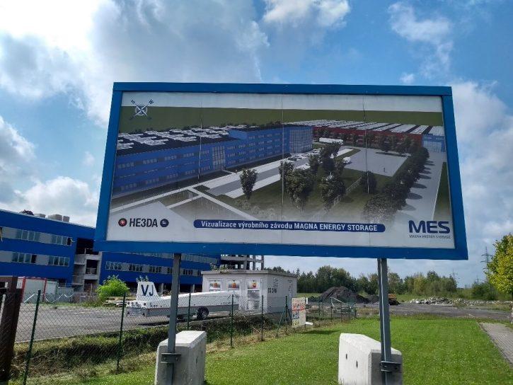 I informační tabule ukazuje, že jsem u staveniště továrny MES (Magna Energy Storage) (zdroj V. Wagner).
