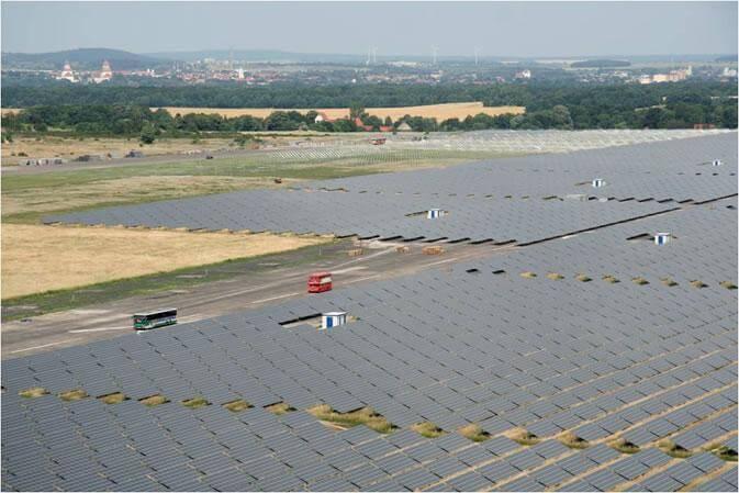 Solární farma Waldpolenz vNěmecku (zdroj JUWI Group, Wikipedie)