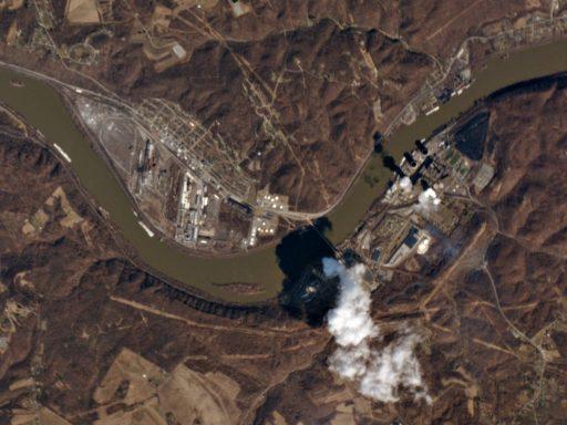 Pro analýzu výroby je výhodné, pokud elektrárna využívá chladící věže. Na snímku je vidět výroba jaderné elektrárny Beaver Valley (větší zdroj vodní páry ve spodní části snímku) a uhelné elektrárny Bruce Mansfield v USA. Zdroj: planet.com