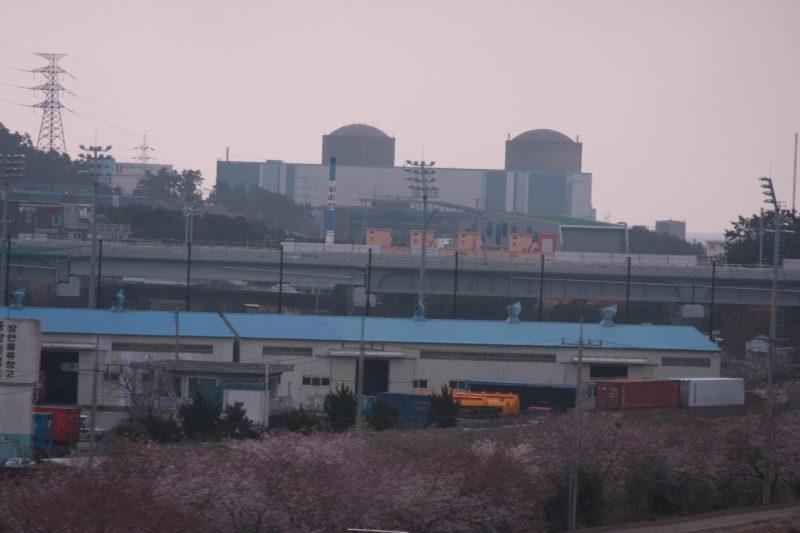 První korejské jaderné bloky, zprava Kori 1 a 2 (zdroj Igor Jex).