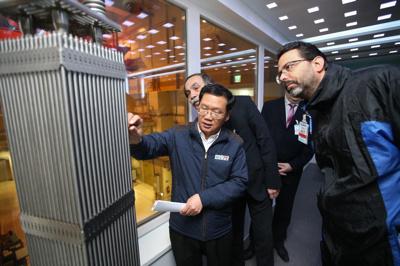 Maketa palivového souboru na elektrárně Shin Kori (zdroj oficiální fotograf KHNP).
