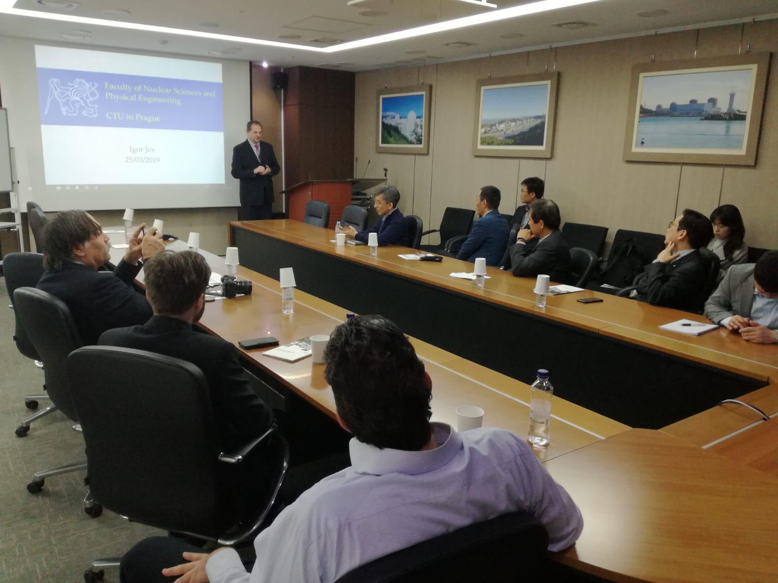 Jednání spředstaviteli university KINGS o možnostech spolupráce při výchově jaderných odborníků (fotograf KHNP).