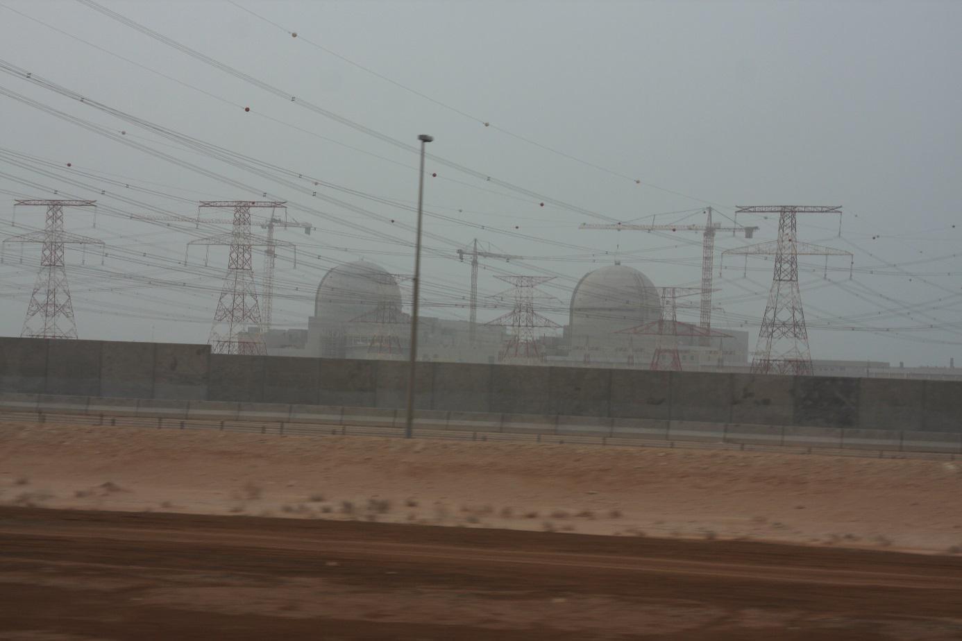 I svedením, které je připraveno transportovat proud se vzdalujeme od třetího a čtvrtého bloku elektrárny Barakah (zdroj Igor Jex).