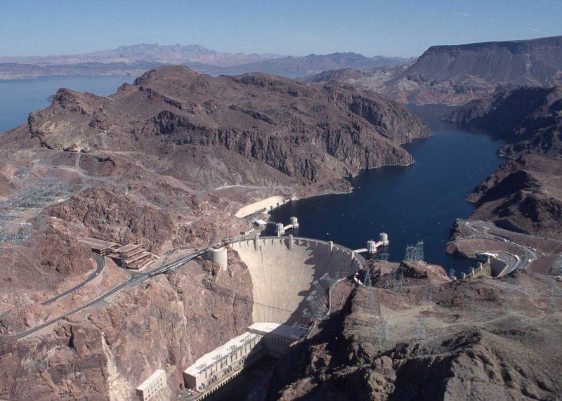 Americká přehrada Hoover Dam s vodní elektrárnou disponující instalovaným výkonem 2080 MW.