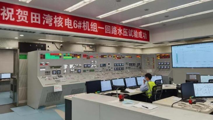 Pracovníci ve velínu šestého bloku jaderné elektrárny Tianwan