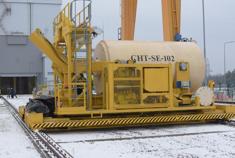 Přeprava kontejneru kbetonovým kójím (zdroj Černobylská jaderná elektrárna)