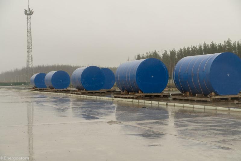 Kontejnery HI-STORM připravené vmístě budoucího úložiště (zdroj Energoatom)