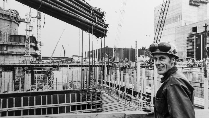 Pracovník při výstavbě prvního bloku elektrárny Forsmark