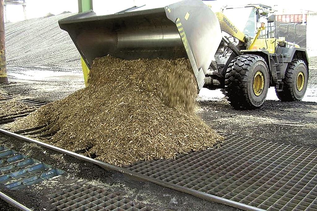 Při výrobě tepla se používá také biomasa ve formě dřevní štěpky