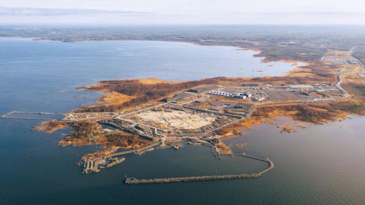 Staveniště finské elektrárny Hanhikivi, tam by se výstavba reaktoru měla rozběhnout vroce 2021 (Fennovoima)