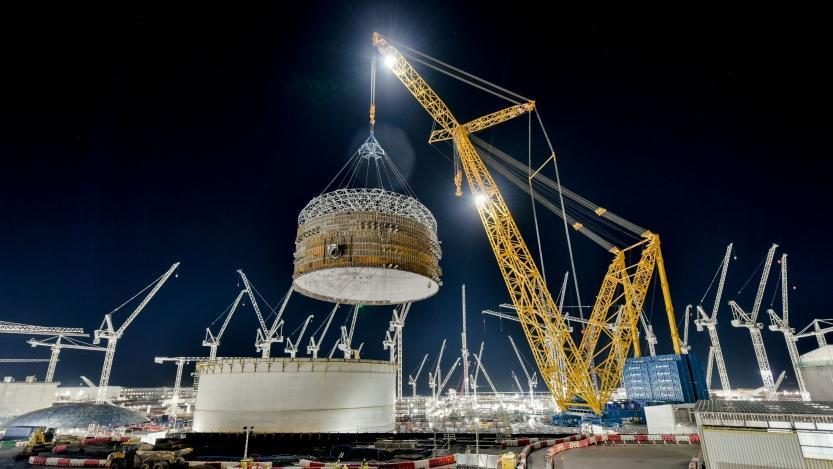 Koncem roku 2020největší jeřáb na světě Big Carl přemístil zatím nejtěžší komponentu. Jednalo se o první ze tří prefabrikovaných prstenců sváhou 575 tun. Jeho výška je 17 m a průměr 47 m (zdroj EDF)